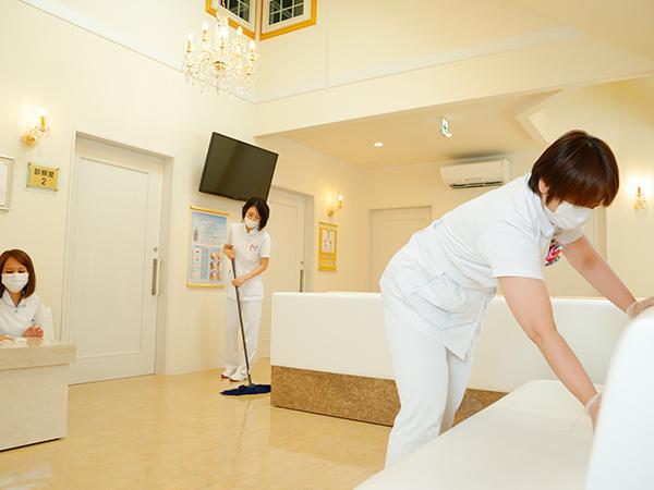 待合室の掃除の様子(朝は皆で掃除をしています。)